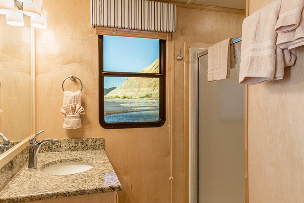 The Wanderer Houseboat - Bathroom